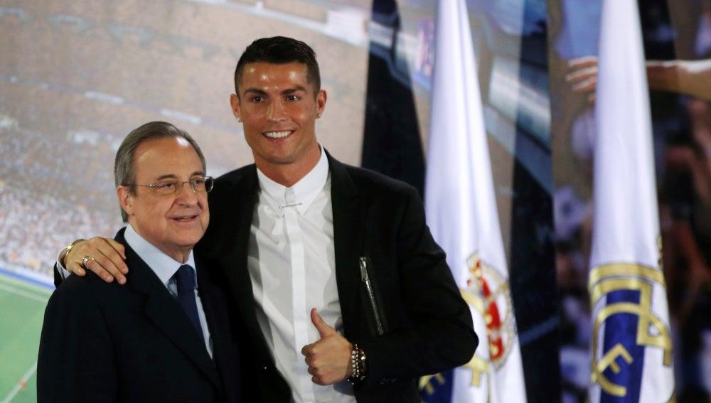Cristiano con Florentino Pérez en el acto de su renovación