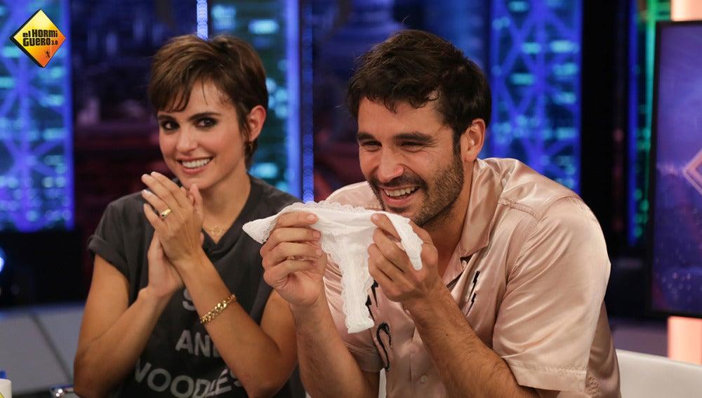 Trancas y Barrancas enseñan a Álex García cómo doblar un tanga después de olerlo