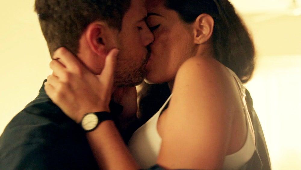 """Héctor y Lola mantienen sexo por primera vez: """"Estoy enamorada de ti"""""""