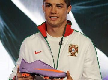 Cristiano Ronaldo, con una de sus botas de Nike