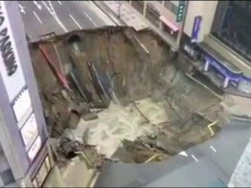 Frame 48.470708 de: El agujero tiene 15 metros de profundidad y ha obligado a desalojar varias casas