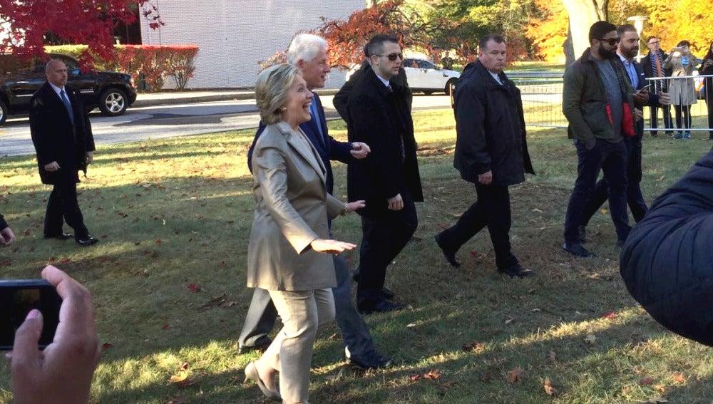 Hillary Clinton, acompañada por su marido, a su llegada al colegio electoral para votar