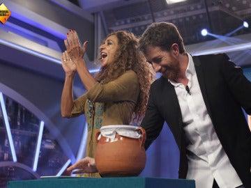 Rosario Flores ayuda a una chica del público a llevarse 300€