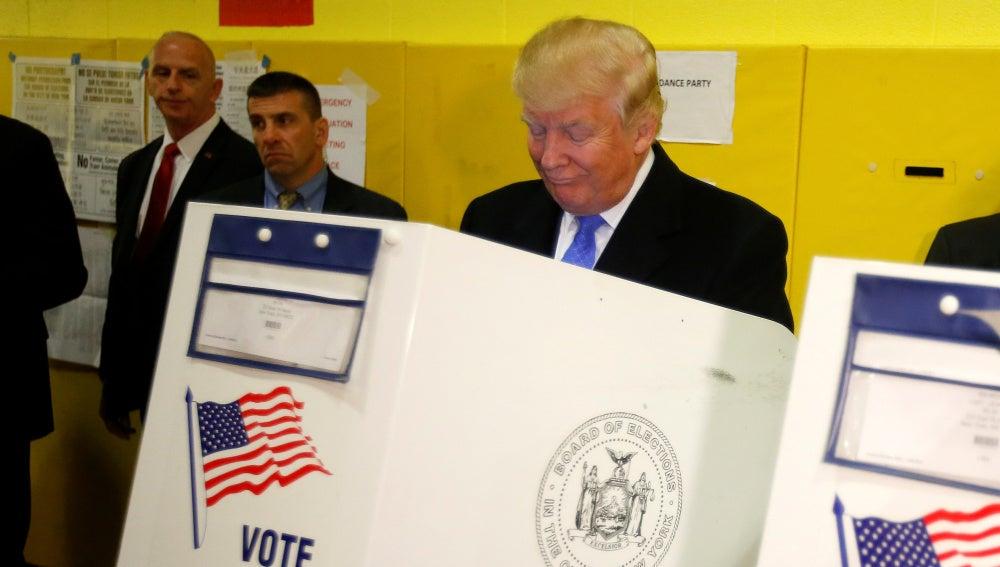 Donald Trump votando en un colegio electoral de Nueva York