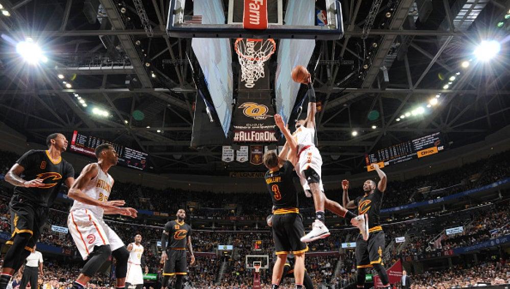 Un jugador de Atlanta encesta ante la defensa de los Cavaliers