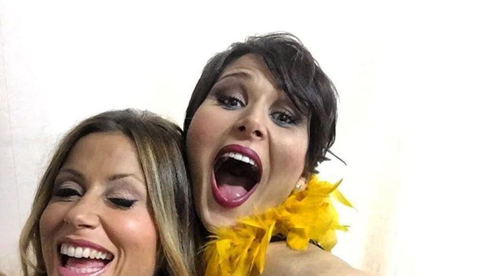 Rosa López y Verónica Romeo posando