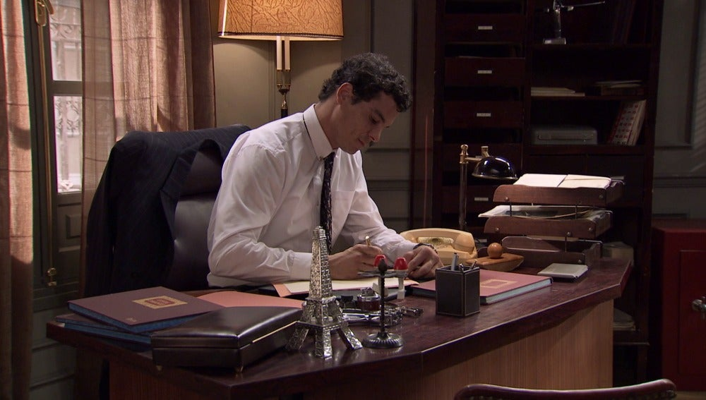 Rafael escribe una carta de despedida para Marta