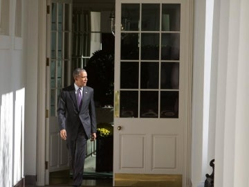 Obama dirigiéndose al Despacho Oval en la Casa Blanca