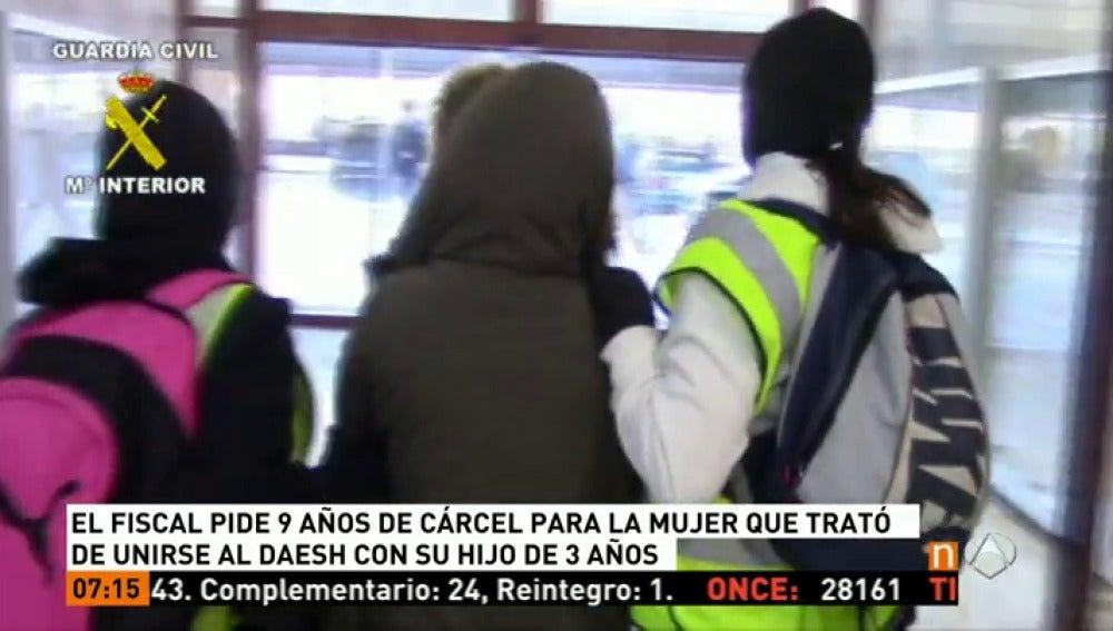 Frame 23.386128 de: Juzgan a una marroquí que quiso viajar a Siria con su hijo de 3 años