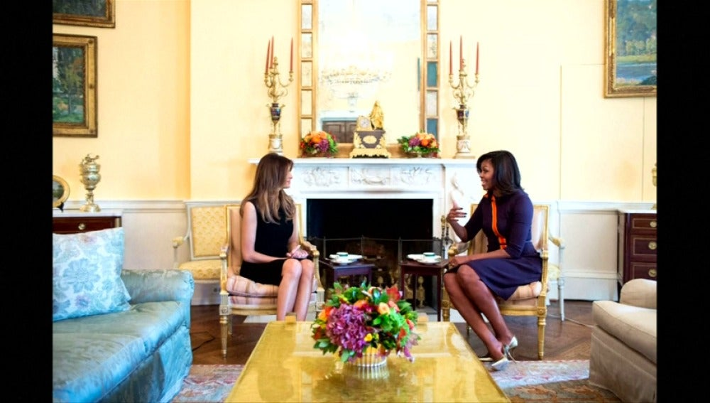 Frame 7.424919 de: Michelle Obama ha recibido hoy a Melania Trump en la Casa Blanca