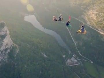 Frame 67.990214 de: Surfear sobre una tirolina a 600 metros de altura y saltar al vacío