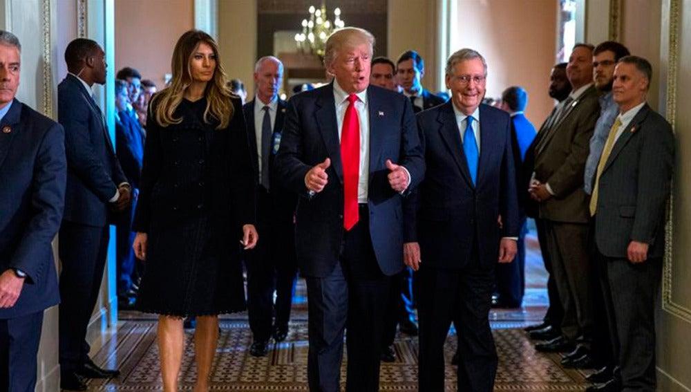 Donald Trump junto a su esposa y el líder de la mayoría del Senado