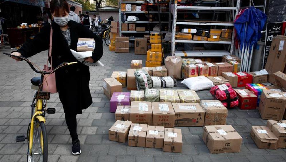 Paquetes de una tienda online en un aparcamiento de una universidad antes de ser recogidos por los clientes que los pidieron, durante el 'Día del Soltero'
