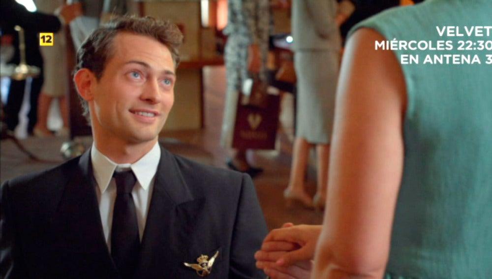 Carlos se arrodilla de nuevo ante Ana para casarse cuanto antes