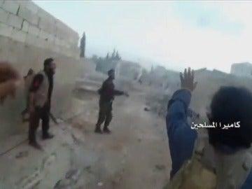 Frame 72.213527 de: El ejército sirio muestra un vídeo de combatientes del mismo bando disparándose entre sí