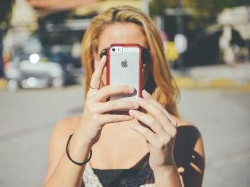 Una joven hace una foto con el móvil