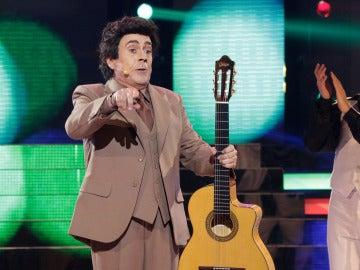 """Juan Muñoz nos hace bailar con """"El muerto vivo"""" como Peret"""