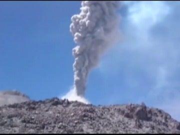 Frame 28.742837 de: Espectacular erupción de un volcán en Perú