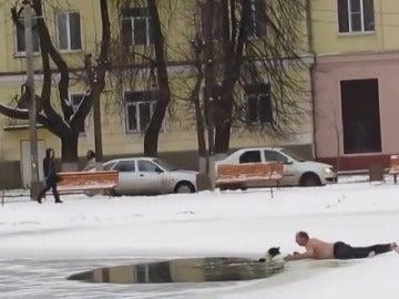Frame 53.600854 de: Angustioso rescate de un perro atrapado en un lago helado