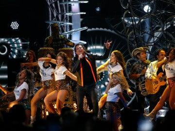 Carlos Vives canta 'La Bicicleta' en los premios Grammy