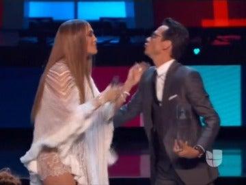 Frame 41.224663 de: El difunto Juan Gabriel arrasa en los Grammy Latino y gana el premio al mejor álbum del año y al mejor álbum vocal pop tradicional