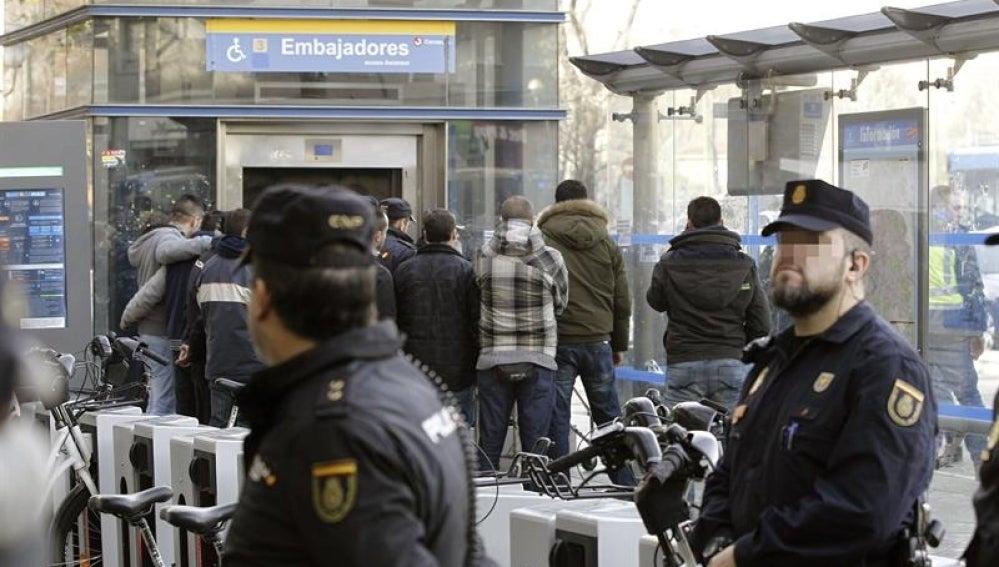 Varios compañeros durante el traslado del cuerpo del policía nacional que murió arrollado por un tren de cercanías en la estación de Embajadores
