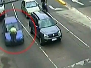 Frame 12.768698 de: Una conductora atropella al agente que le da el alto en un control de tráfico