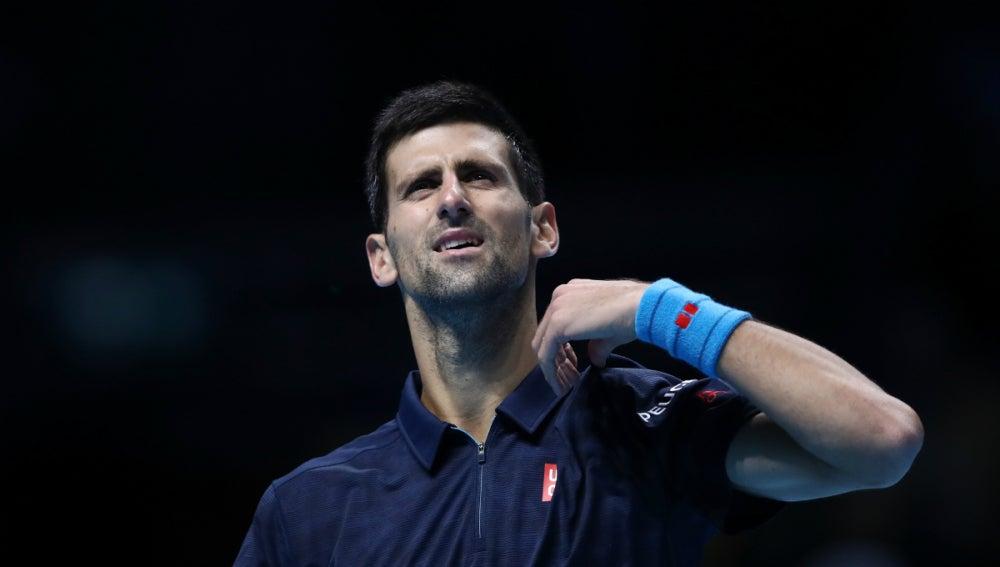 Djokovic mira al cielo