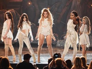 Fifth Harmony durante su actuación en los AMA's 2016