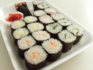 Un plato de sushi que es, básicamente, arroz.