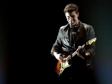 Shawn Mendes durante su actuación en los AMA's 2016
