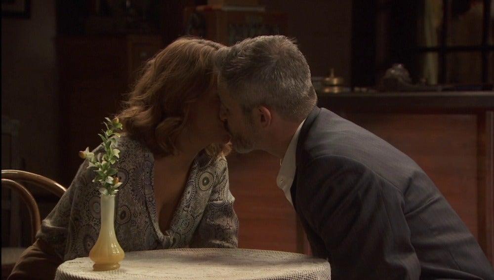 """Emilia a Alfonso: """"Sólo una caricia tuya bastará para olvidar todos esos recuerdos"""""""