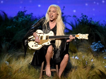 Lady Gaga interpretó 'Million Reasons' en los AMAs 2016