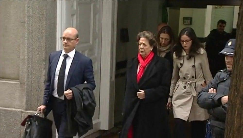 """Frame 3.798609 de: Rita Barberá abandona el Tribunal Supremo entre gritos de """"choriza"""" y """"sinvergüenza"""""""