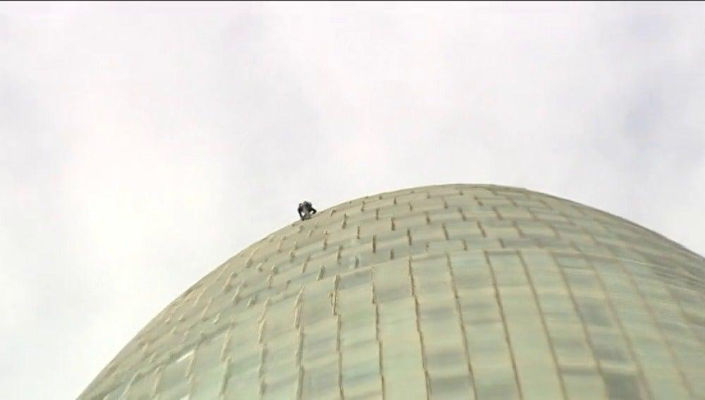 Frame 28.172316 de: Alain Robert, conocido como el 'Spiderman' francés, se expone a una multa por escalar de nuevo la Torre Agbar