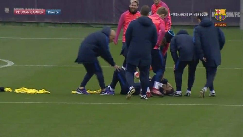 Unzue en el suelo después de chocar con Neymar