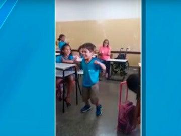 Un niño con parálisis consigue andar por primera vez