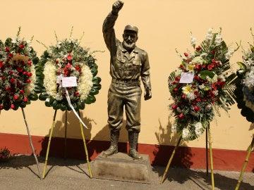 Flores junto a la estatua de Fidel Castro en la Embajada de Cuba en Lima