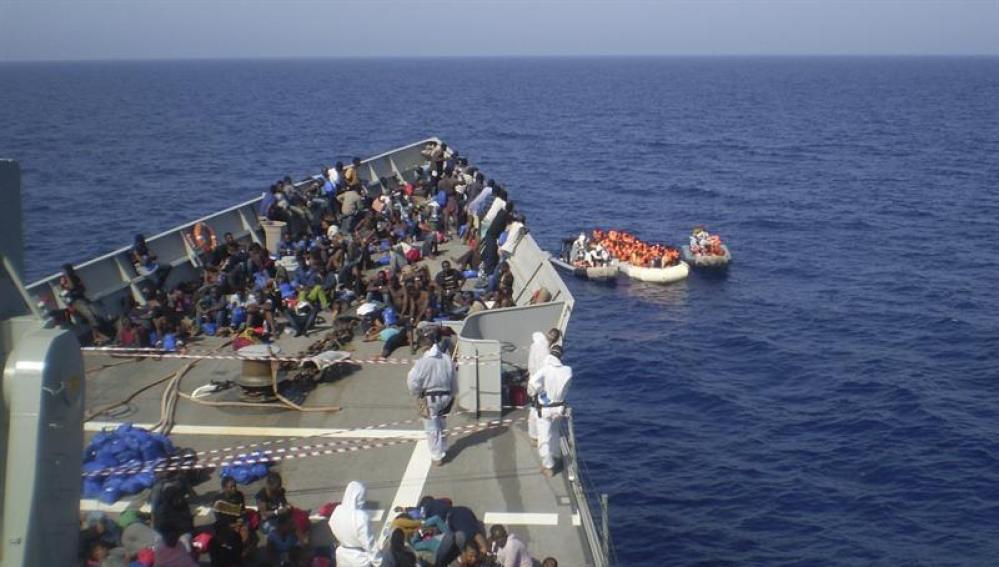 Un grupo de inmigrantes salvado por la fragata 'Navarra'