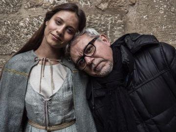 Michelle Jenner y Jordi Frades en el rodaje de 'La Catedral del Mar'
