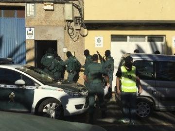 Un equipo de asalto de la Guardia Civil inicia una operación antiterrorista en Vecindario