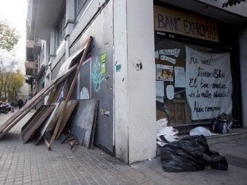 Vista de las planchas metálicas que miembros del colectivo okupa han retirado para acceder al 'Banc Expropiat'