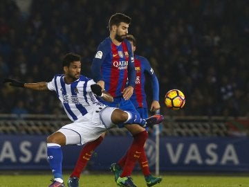 Piqué disputa un balón con Willian José