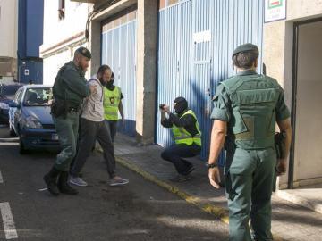 El presunto yihadista detenido es trasladado por agentes de la Guardia Civil