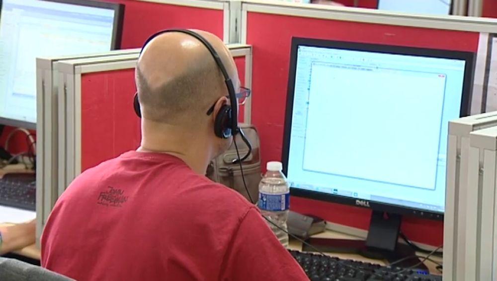 Imagen de archivo de un hombre atendiendo una llamada