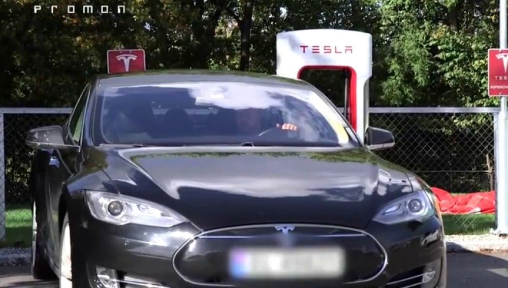 Frame 12.824218 de: Dos hackers demuestran cómo se puede controlar un coche Tesla