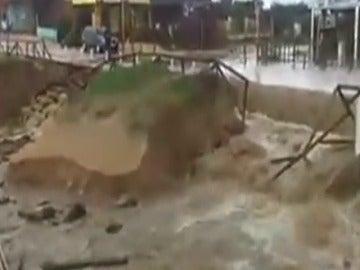 Frame 49.375849 de: El desbordamiento del río Barbate inunda Vejer y Conil