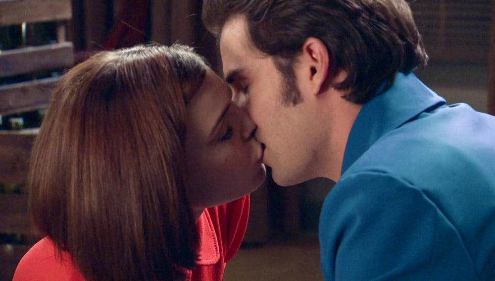 María se declara a Gonzalo con un beso