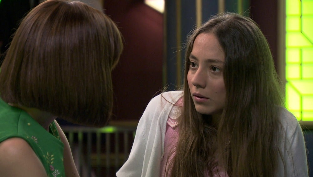Alba descubre que Rosalía estuvo hablando con Rafael