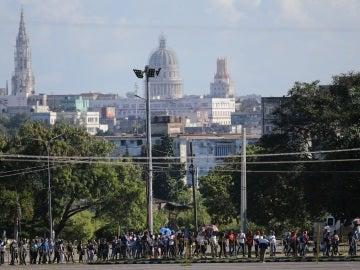 Largas colas de cubanos en la Plaza de la Revolución
